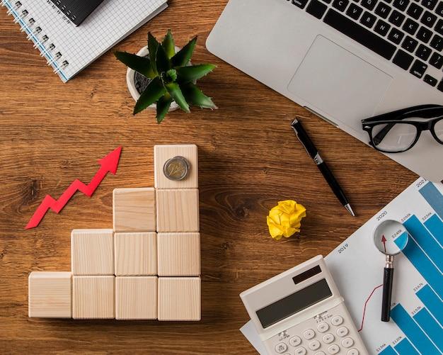Vista superior de itens de negócios e seta de crescimento com blocos de madeira Foto Premium