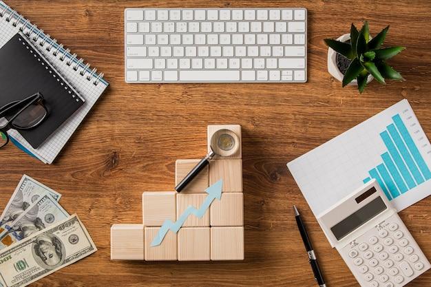 Vista superior de itens de negócios e seta de crescimento com teclado Foto Premium
