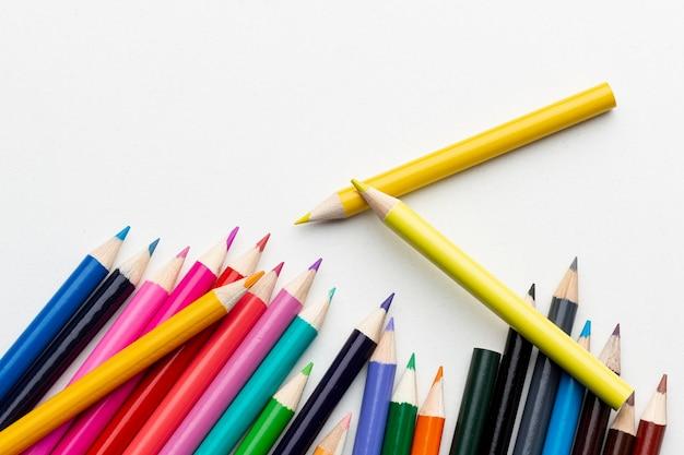 Vista superior de lápis coloridos com cópia-espaço Foto gratuita