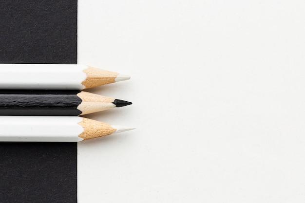 Vista superior de lápis preto e branco com espaço de cópia Foto gratuita