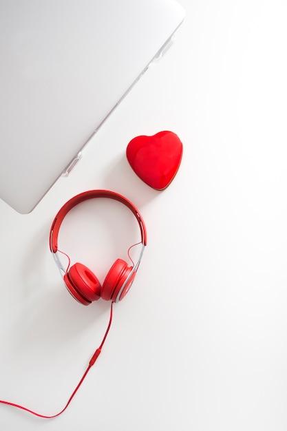 Vista superior, de, laptop, com, coração Foto gratuita