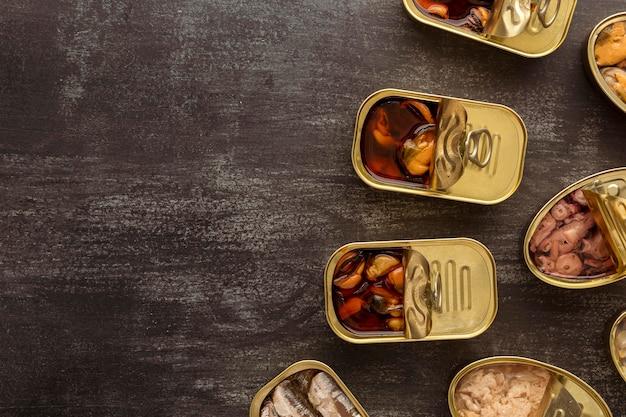 Vista superior de latas de alimentos em conserva com cópia-espaço Foto gratuita