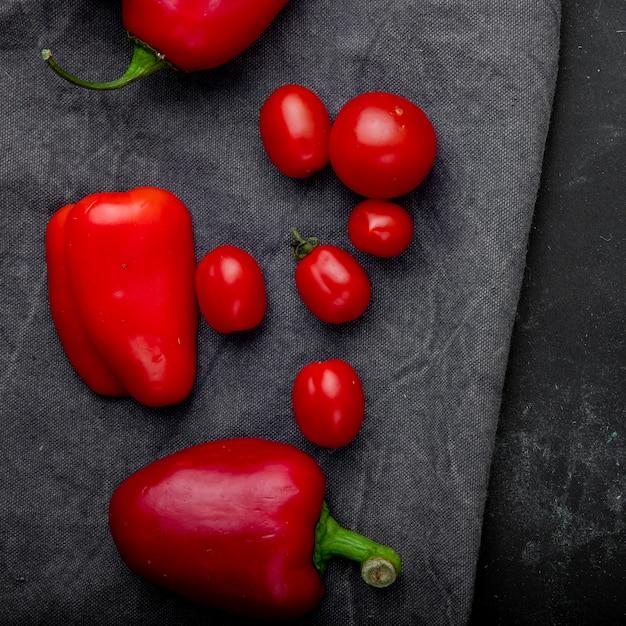 Vista superior de legumes como tomate pimenta na superfície do pano cinza Foto gratuita