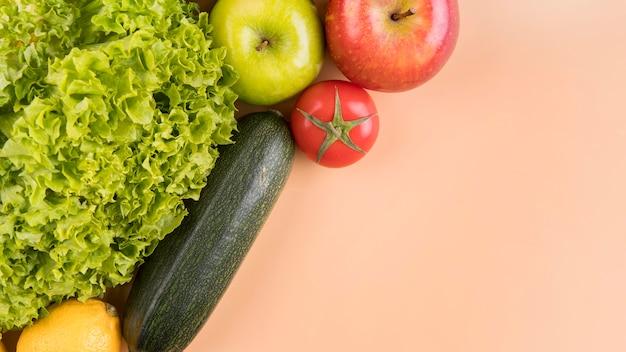 Vista superior de legumes e frutas com cópia-espaço Foto gratuita