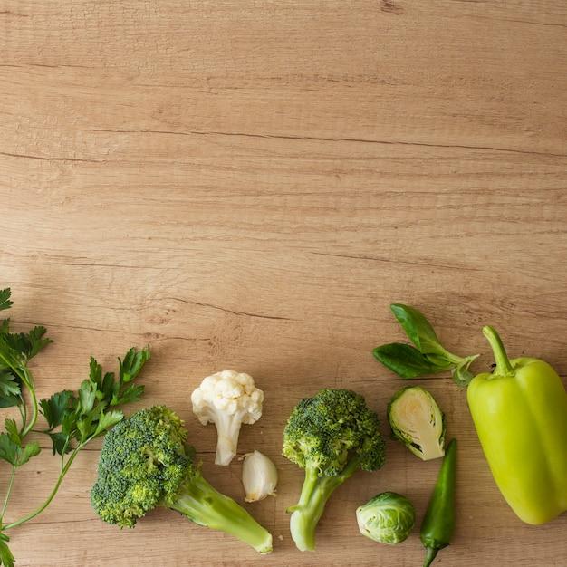 Vista superior de legumes na mesa com espaço de cópia Foto gratuita