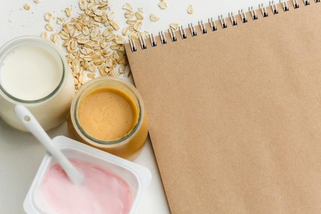 Vista superior de leite orgânico e iogurte com aveia Foto gratuita