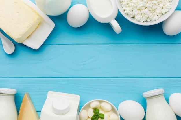 Vista superior de leite orgânico e queijo saboroso Foto gratuita