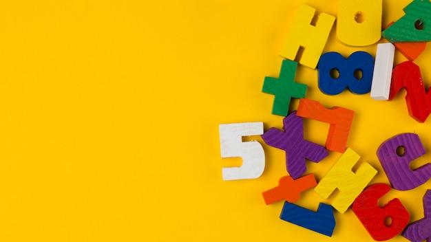 Vista superior de letras e números coloridos para chá de bebê Foto gratuita