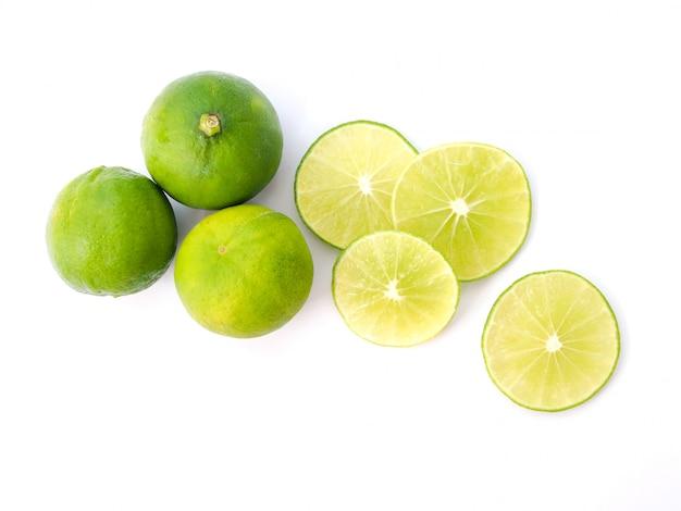 Vista superior de limão verde, fatia de suco de limão isolado Foto Premium