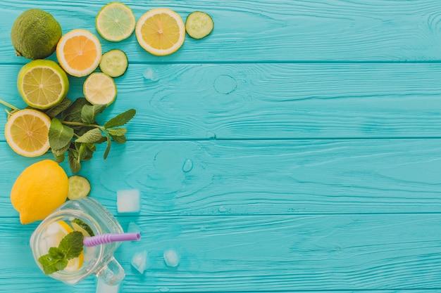 Vista superior de limões e limas para mojitos Foto gratuita