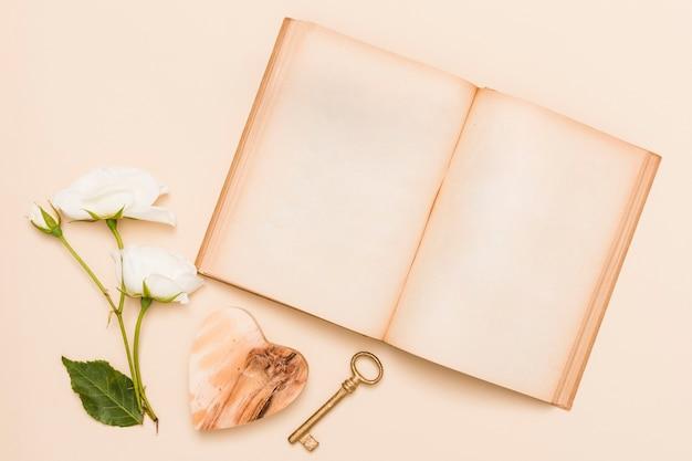 Vista superior, de, livro, e, flores Foto gratuita