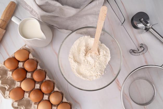 Vista superior de macarrão ingredientes e fabricação de Foto gratuita