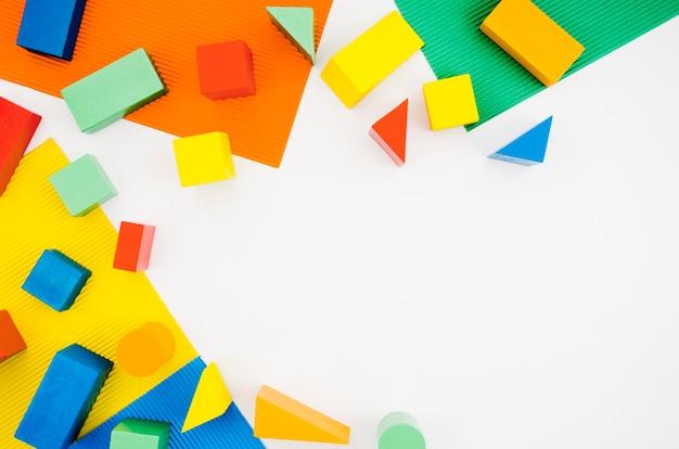 Vista superior de madeira crianças brinquedos com espaço de cópia Foto gratuita