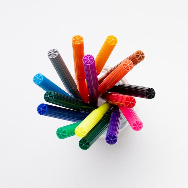 Vista superior de marcadores coloridos Foto Premium