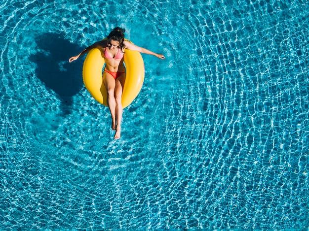 Vista superior, de, menina, relaxante, ligado, anel inflável Foto gratuita