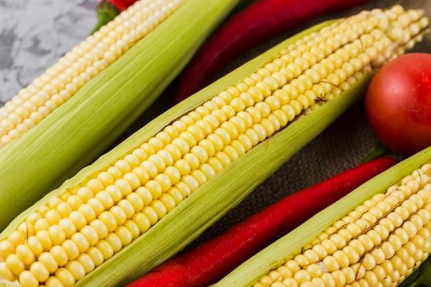 Vista superior de milho e tomate Foto gratuita