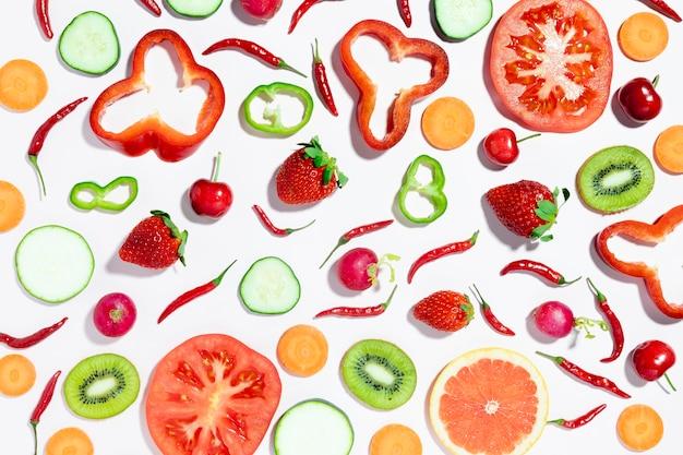 Vista superior de morangos e cerejas com legumes Foto Premium