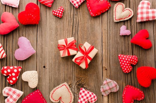 Vista superior de ornamentos de dia dos namorados com presentes Foto gratuita