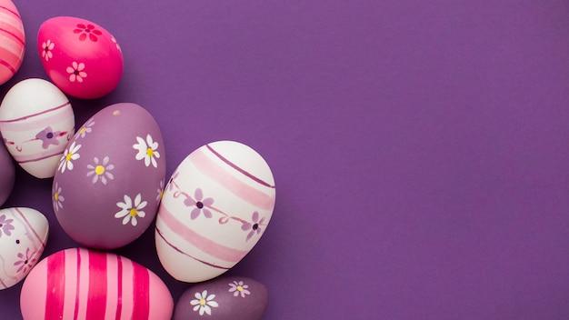 Vista superior de ovos de páscoa coloridos com espaço de cópia Foto gratuita