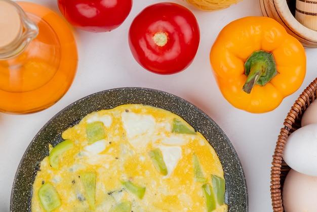 Vista superior de ovos fritos em uma frigideira com vinagre de maçã em um fundo branco Foto gratuita