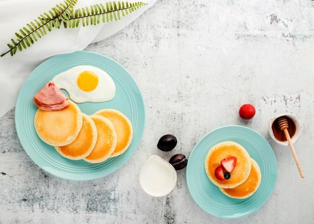 Vista superior de panquecas de café da manhã Foto gratuita
