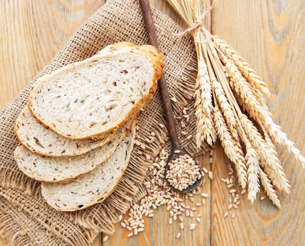 Vista superior de pão fatiado Foto Premium