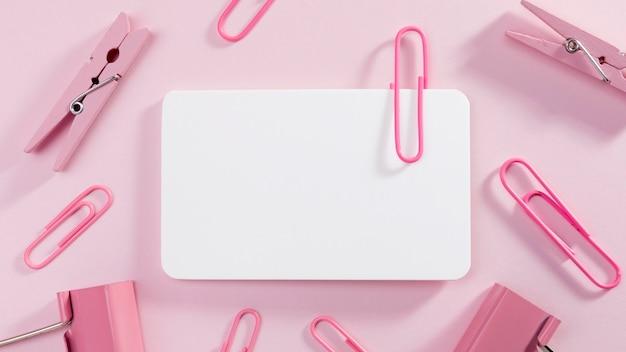 Vista superior de papel em branco com clipes de papel Foto gratuita