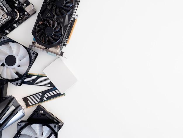 Vista superior de peças de computador com disco rígido, unidade de estado sólido, memória ram, cpu, placa gráfica, refrigeração líquida e placa-mãe Foto Premium