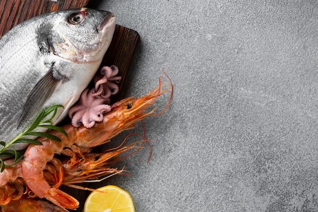 Vista superior de peixe fresco com cópia-espaço Foto gratuita