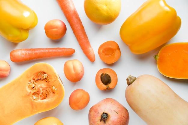 Vista superior de pêssegos com cenoura e pimentão Foto gratuita
