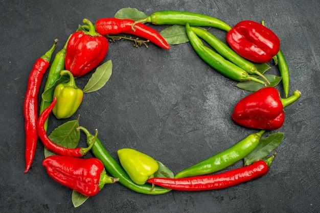 Vista superior de pimentões frescos com pimentas picantes Foto gratuita