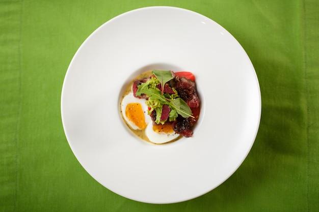 Vista superior, de, prato, ovos, com, encontre, e, salada, ligado, prato Foto Premium