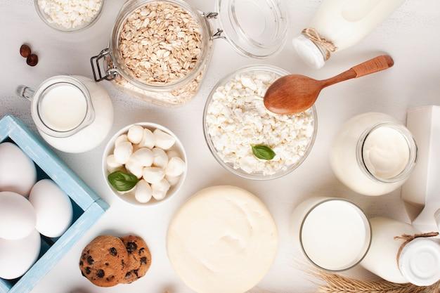 Vista superior de produtos lácteos e biscoitos Foto gratuita