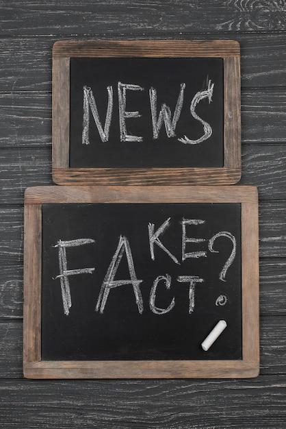 Vista superior de quadros negros de notícias falsas Foto gratuita