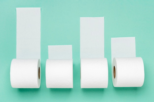 Vista superior de quatro rolos de papel higiênico Foto Premium