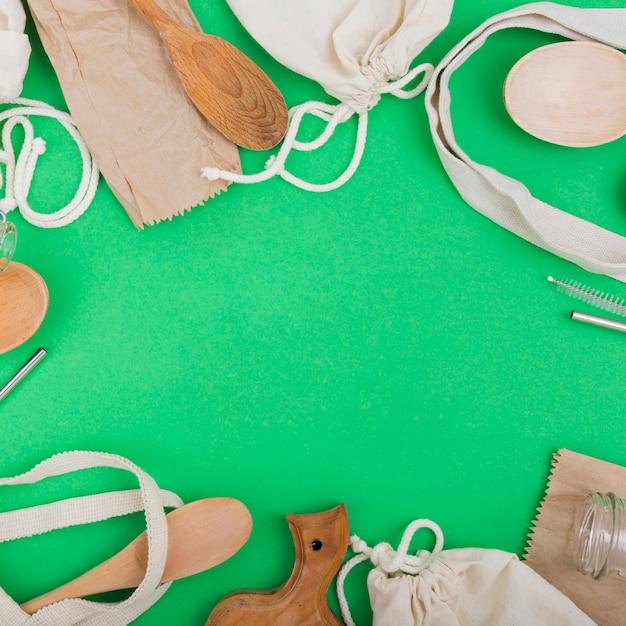 Vista superior de sacos reutilizáveis com colheres de pau Foto gratuita