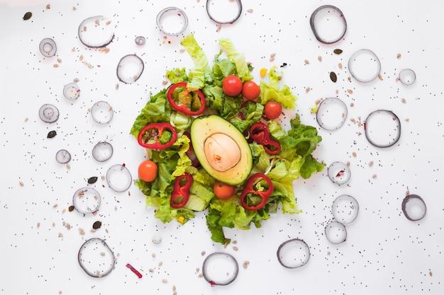 Vista superior, de, saudável, garnished, salada, com, fresco, abacate, e, legumes Foto gratuita