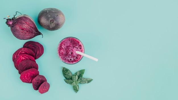Vista superior de suco de beterraba e fatias Foto gratuita