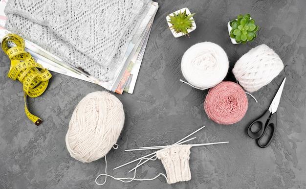 Vista superior de suprimentos de crochê Foto gratuita