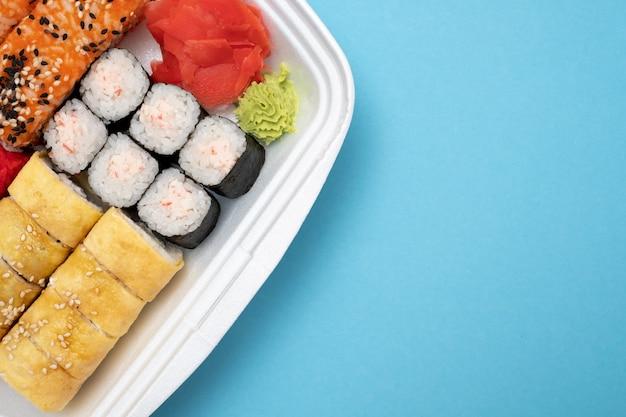 Vista superior de sushi em fundo colorido Foto Premium
