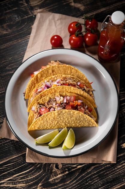 Vista superior de tacos com vegetais e carne Foto gratuita