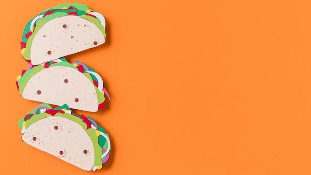 Vista superior de tacos de papel em fundo laranja Foto Premium