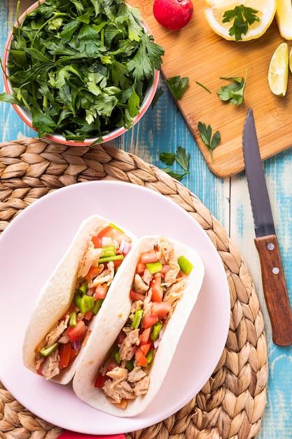 Vista superior de tacos e tigela de salsa Foto gratuita