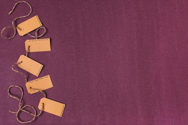Vista superior de tags com espaço de cópia Foto gratuita