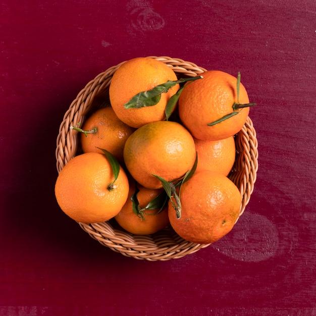 Vista superior de tangerinas na cesta para o ano novo chinês Foto gratuita