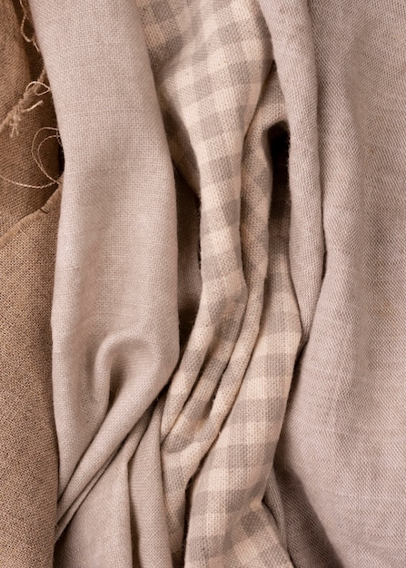 Vista superior de tecidos monocromáticos coloridos Foto gratuita