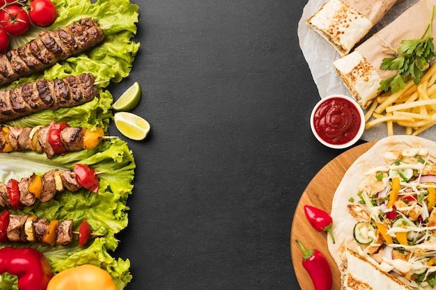 Vista superior de um delicioso kebab com batatas fritas e ketchup Foto gratuita