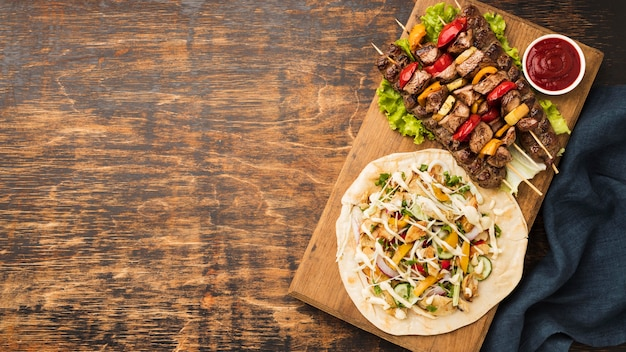 Vista superior de um delicioso kebab com carne e copie espaço Foto gratuita
