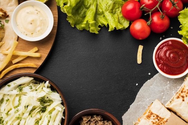 Vista superior de um delicioso kebab com ketchup e salada Foto gratuita