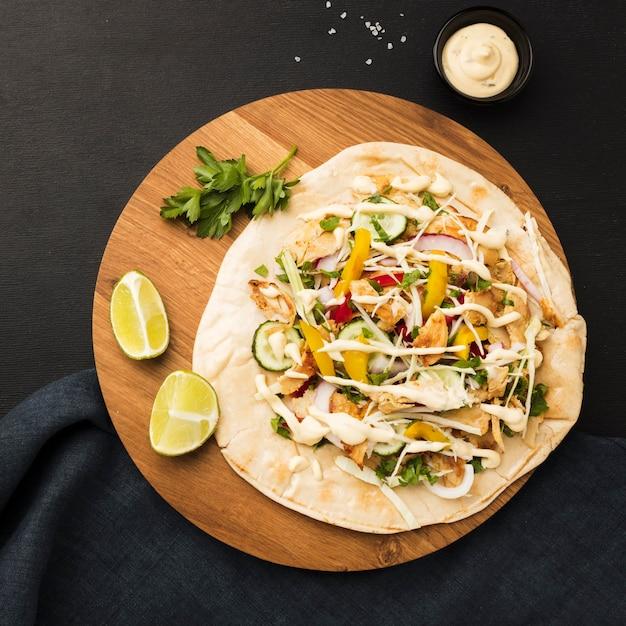 Vista superior de um delicioso kebab com limão e maionese Foto gratuita